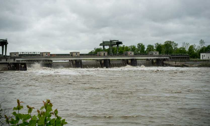 Inn River dam opens flood gates