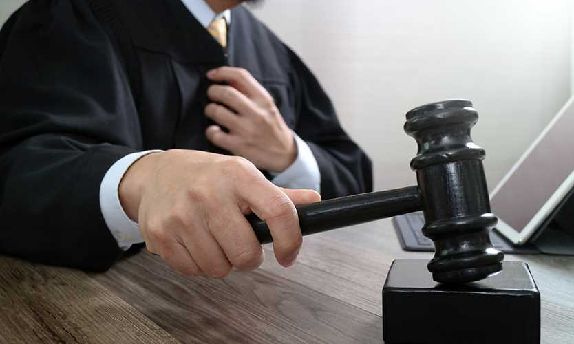 Executive fired from failed insurer settles lawsuit