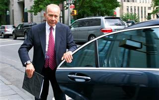 Ex-AIG chief Greenberg presses for dismissal of fraud charges