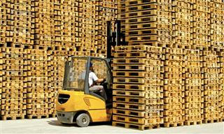 Forklift and transport pallets